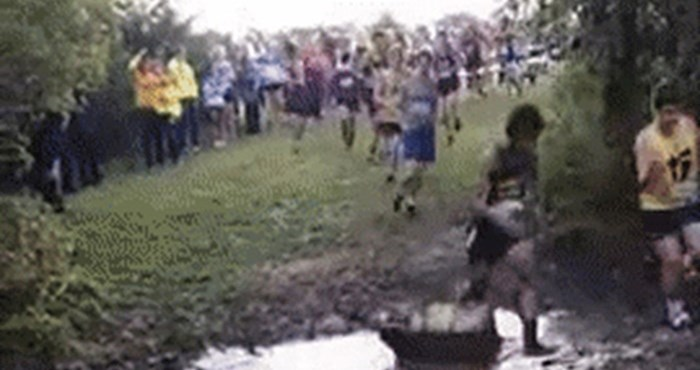 Ovaj mladi trkač je čudnim potezom privukao pažnju gledatelja, razlikovao se od ostalih natjecatelja