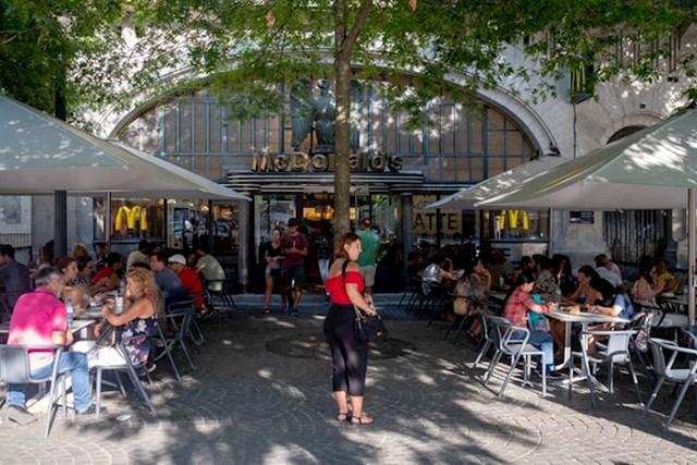 """""""U ovom McDonald'su je bila gomila ljudi kad sam došao u kasnim poslijepodnevnim satima. Bilo je ljeto i u Portugalu je bilo jako puno turista."""""""