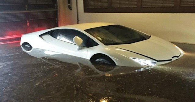 Evo zbog čega nije dobro držati Lamborghini u podzemnoj garaži. Poplave su zeznuta stvar kad imate niski auto...