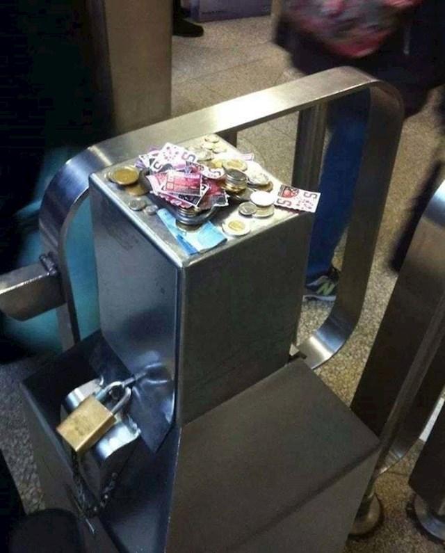 Kanađani su pošteni. Automat za naplatu nije radio pa su novac ostavljali gore.