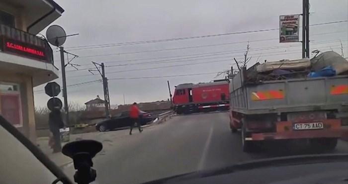 Vozači nisu mogli vjerovati svojim očima: Pogledajte zašto se ovaj vlak hitno zaustavio