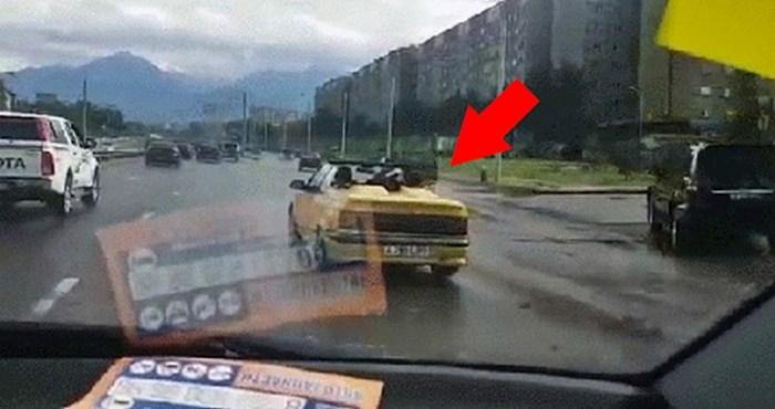 Mladići su nakon kiše imali velikih problema s autom, drugi vozač je snimio urnebesnu scenu