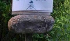 Netko je u šumi naišao na zanimljiv natpis iznad kamena pričvršćenog uz drveni kolac