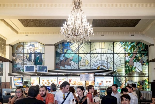 """""""Vitražni prozori su središnji dio ovog McDonald'sa, kao što su bili i u Cafe Imperialu. Pokazuju scene vezane uz kavu i uživanje u njoj."""""""