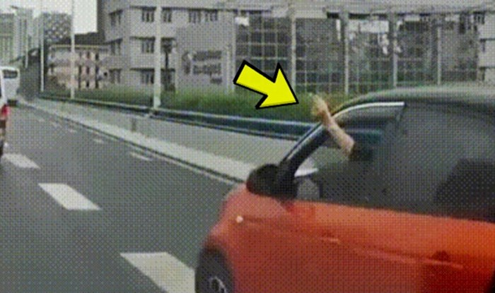 Živčani lik je drugom vozaču pokazivao srednji prst, a onda mu se dogodila nevjerojatna glupost
