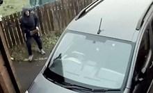 Vandal je htio razbiti staklo na autu, no onda se osramotio pred kamerom