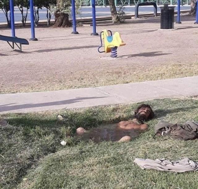 Nekome je ovo samo obična lokva. Ovom beskućniku je rupa s vodom = jacuzzi.