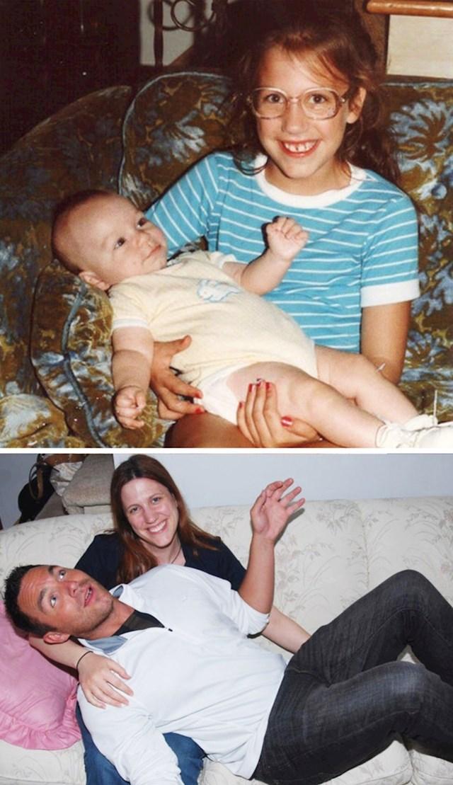 """Na gornjoj fotki me sestrična držala 1984., isto to smo ponovili 2011. godine."""
