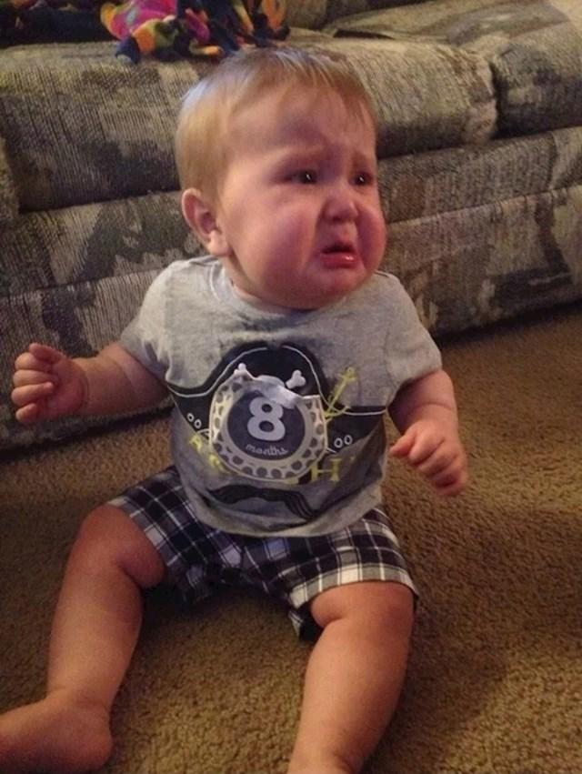 """""""Plakao je jer mu nisam dala da pojede svoju naljepnicu na majici. Gledao je u tatu i tražio njegovu pomoć."""""""