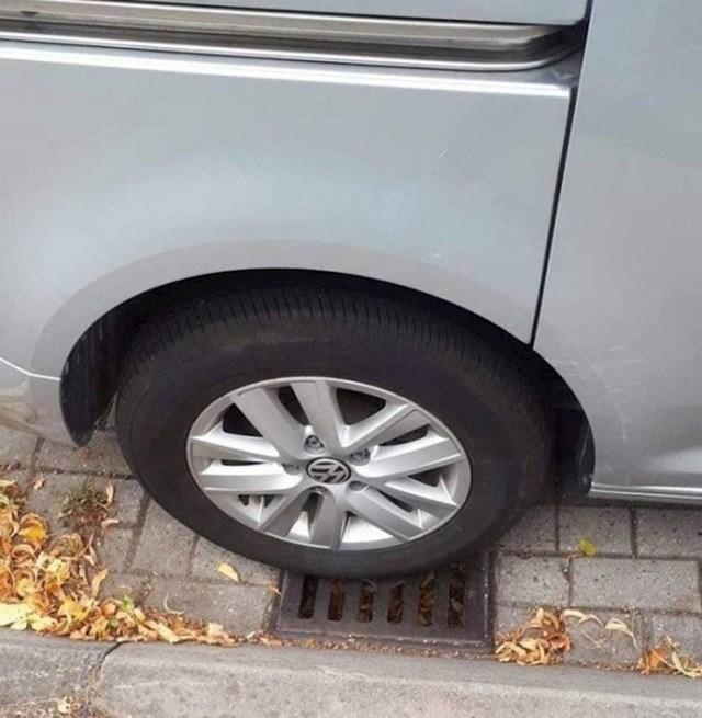 """""""Ključevi od auta su mi pali u odvodni šaht koji nisam mogao otvoriti jer mi je auto bio na njemu. Ručna kočnica je naravno bila podignuta."""""""