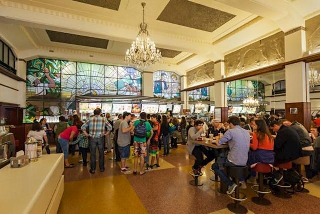 """""""Kad uđete u restoran, odmah možete primijetiti Art Deco stil s ukrašenim stropovima, kristalnim lusterima i velikim prozorima s mozaikom."""""""