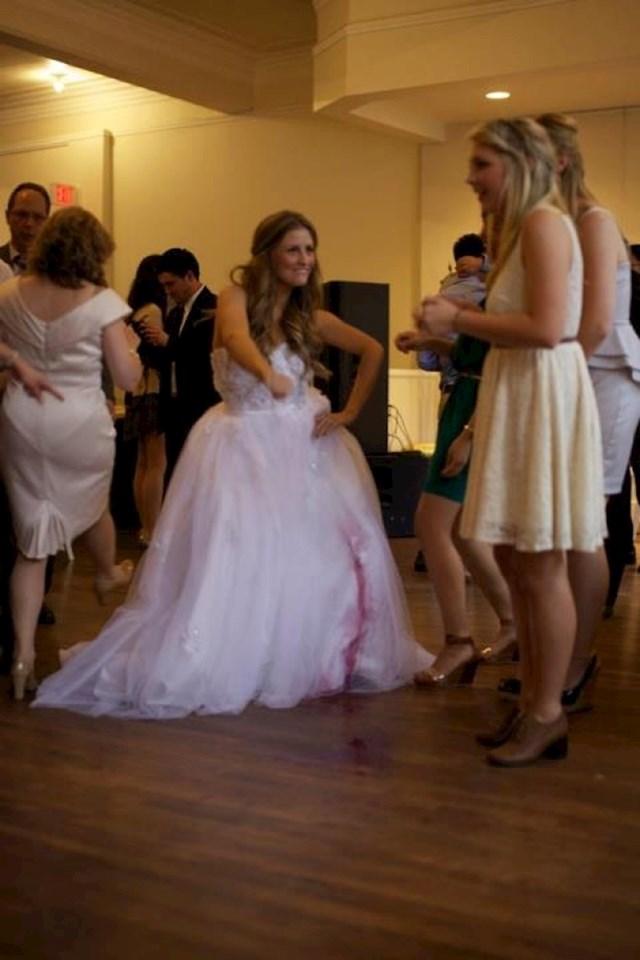 Jedna od najvećih noćnih mora svake mladenke je... Da, netko joj je isprljao vjenčanicu.