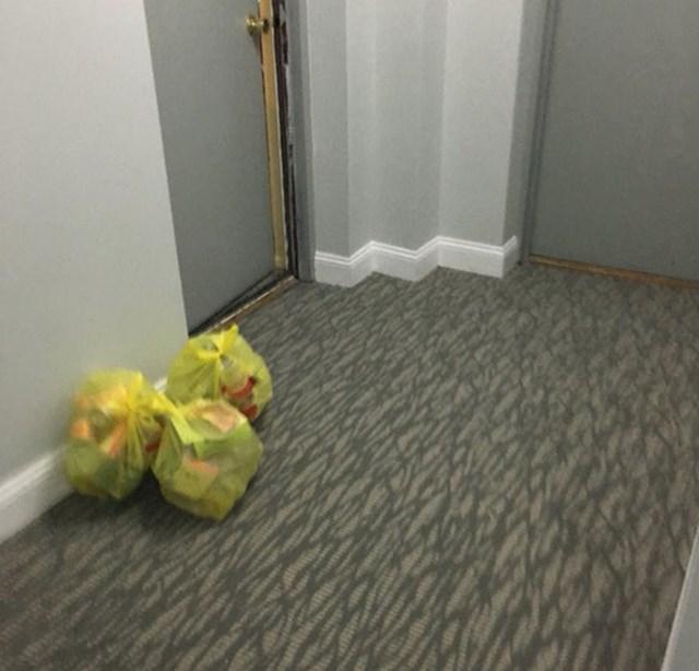 """""""Naš susjed slaže vrećice smeća u hodniku zgrade jer nema volje prošetati do kontejnera. Iznese ih tek kad ga drugi počnu napadati zbog smrada."""""""