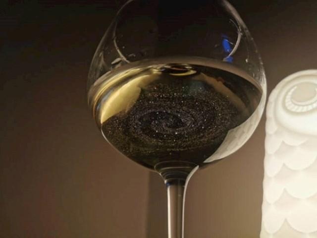 Prah je u čaši izgledao kao galaksija.