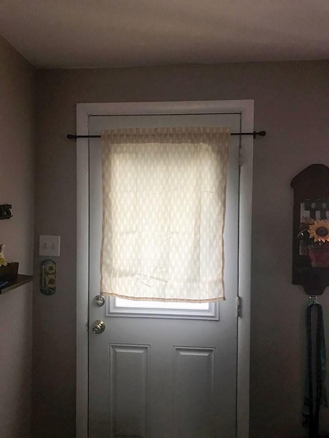 Stavila je zavjese zbog kojih nije mogla otvoriti vrata.