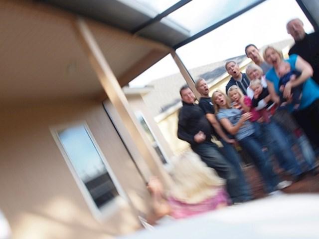 Trebali su napraviti obiteljsku fotku pomoću vremenskog okidača, no onda se kamera srušila, i to u ključnom trenutku.