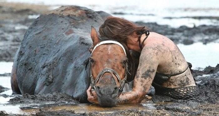 Satima je grlila svog konja koji je polako tonuo u živom blatu, a onda je došao stari farmer