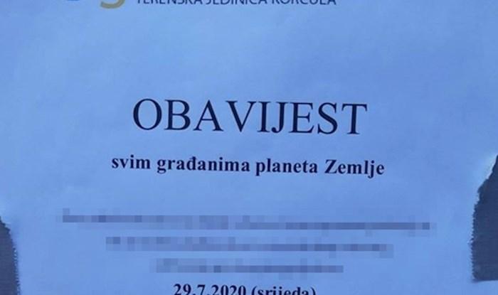 """Na Korčuli se pojavila """"obavijest svim građanima planeta Zemlje"""" koja je nasmijala prolaznike"""