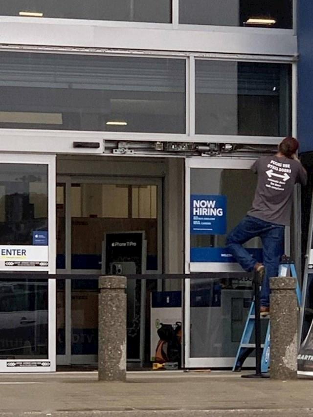 """""""Majica ovog radnika koji popravlja vrata služi i kao znak na kojem moli ljude da koriste neka druga vrata."""""""