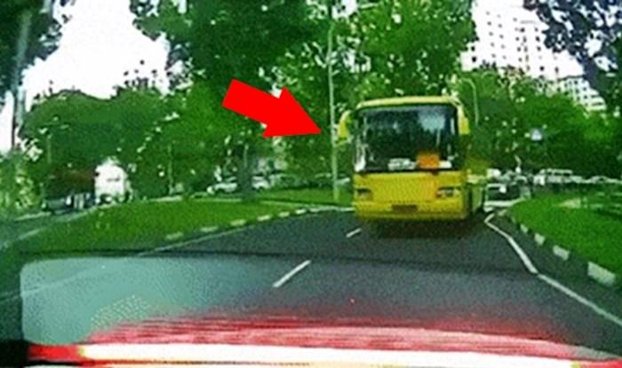 Autobus je morao naglo zakočiti, auto kamera je snimila bizarnu posljedicu toga