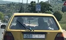 Nezadovoljni Splićanin je na svoj Golf zalijepio nešto što je nasmijalo ostale vozače