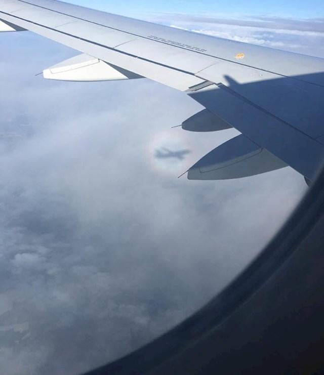 """""""Sjena aviona bila je okružena nečim što je izgledalo kao mala duga."""""""
