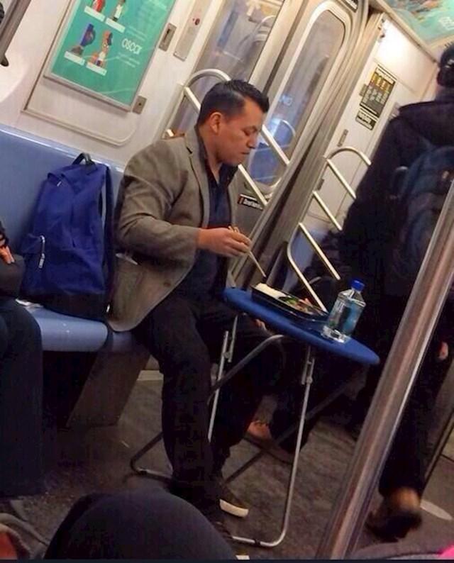 Nije ga briga. Javni prijevoz je pretvorio u privatni restoran. Nema veze što je njegov stol drugima na putu.