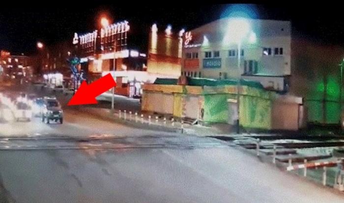 Šokantna snimka pokazuje što se dogodilo kad je neoprezni vozač prelazio prugu