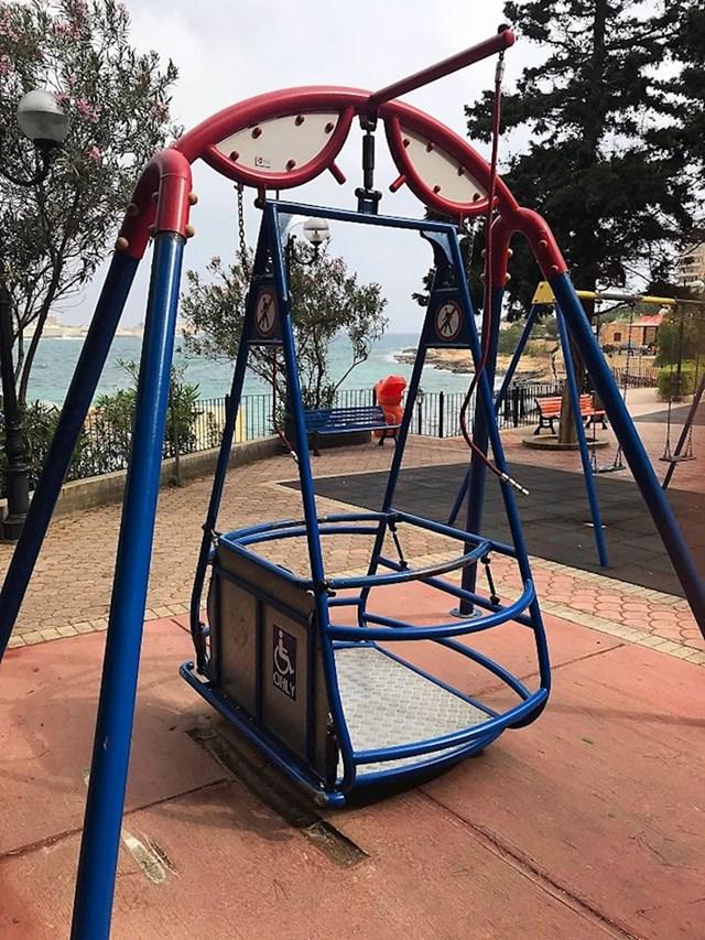 Ljuljačka za djecu u invalidskim kolicima