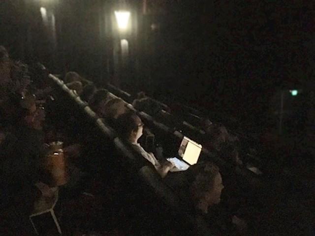 Ova osoba je ponijela laptop u kino dvoranu. Nije ni pomišljala na to da će svjetlo nekome smetati.