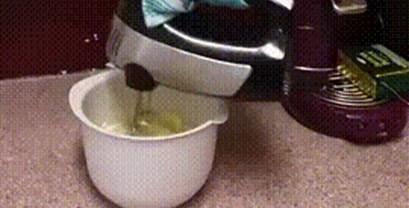 Žena je smislila način kako istovremeno raditi više stvari u kuhinji, pogledajte kako koristi mikser