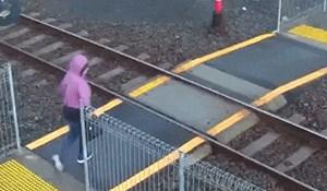 Neoprezna žena se kasno sjetila pogledati ide li vlak, nadzorna kamera je snimila šokantnu scenu
