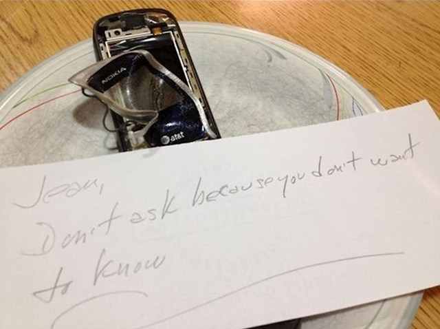 """""""Slučajno sam mobitel polila vodom. Djeda sam zamolila da ga stavi u rižu kako bi upila vlagu. On me potpuno krivo shvatio pa ga je prokuhao zajedno s rižom. Nakon toga mi je napisao poruku i zamolio me da ga ništa ne pitam jer navodno ne želim znati što se dogodilo. :)"""""""