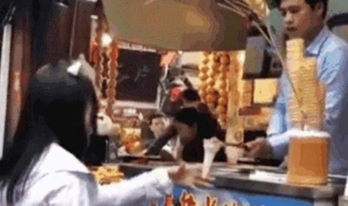 Djevojka se na smiješan način osvetila prodavaču sladoleda koji ju je isprovocirao trikom