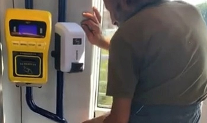 """VIDEO Stariji muškarac se u javnom prijevozu """"otuširao"""" sredstvom za dezinfekciju?!"""