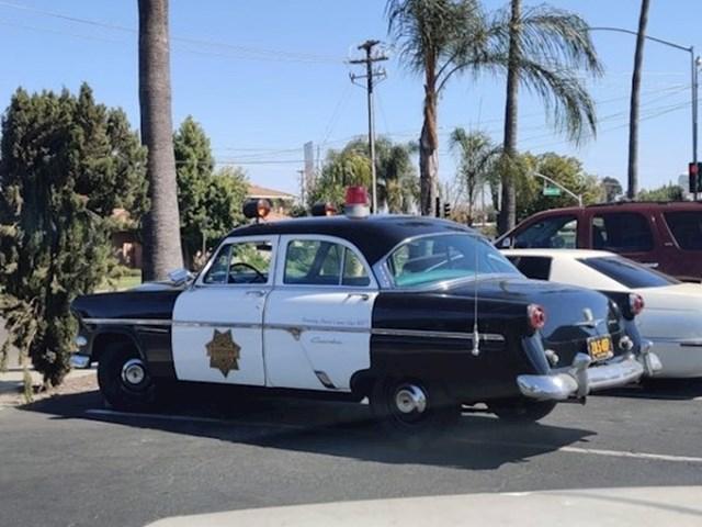 Jedan policajac još uvijek koristi stari policijski automobil...