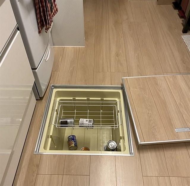 """""""Naša kuhinja ima hladnjak ugrađen u podu."""""""