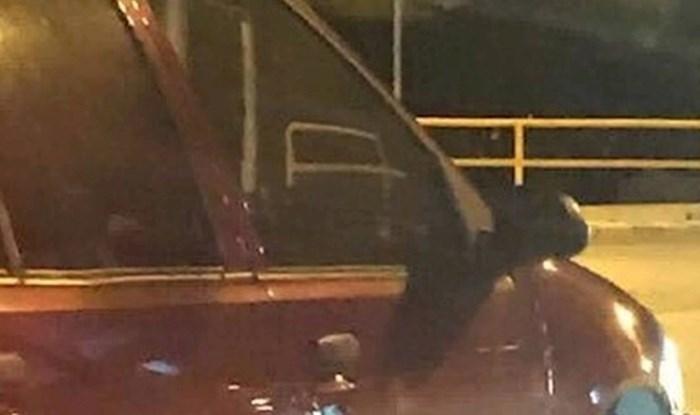Vozio se gradom, a onda je na jednom autu primijetio detalj koji ga je nasmijao