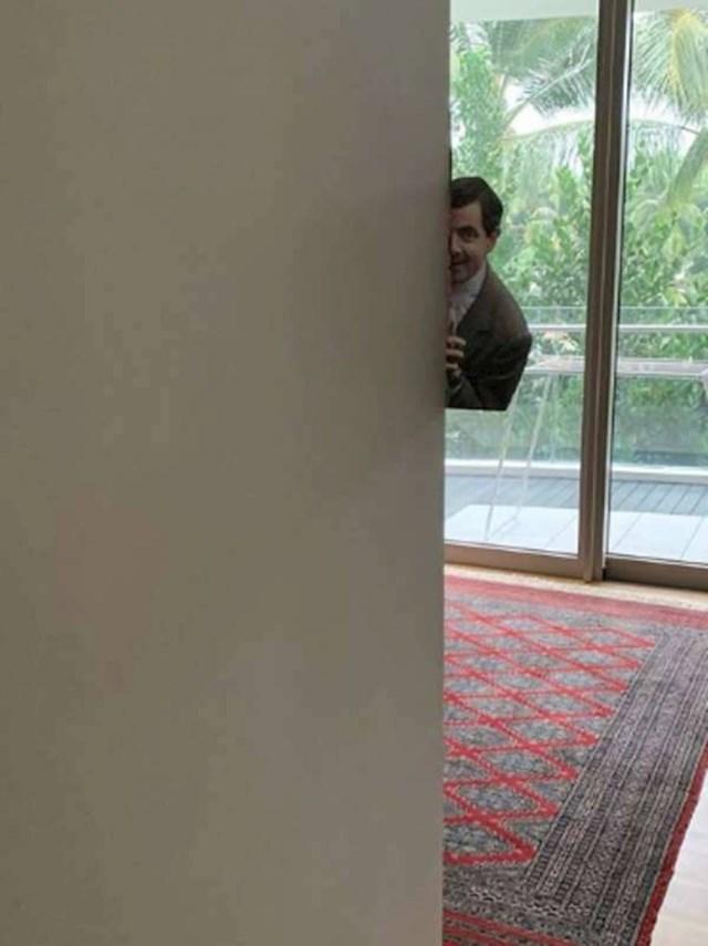 """""""Muž me voli plašiti. Ovaj put je glumio Mr. Beana koji me špijunira..."""""""