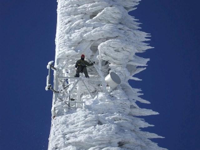 Čišćenje telekomunikacijskog tornja nakon snježne oluje