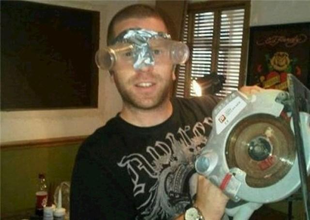 Napravio je čudne zaštitne naočale.