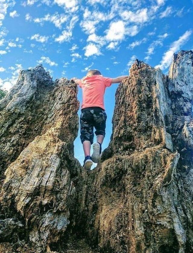 Ovaj dječak na fotki izgleda kao div među planinama...