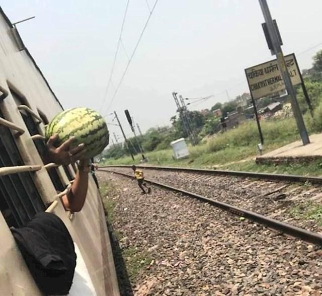 Kad je vlak stao, lik je s prozora kupio lubenicu od muškarca koji je došao nuditi svoje lubenice putnicima. Nije se sjetio da je neće moći uzeti zbog rešetaka na prozoru.