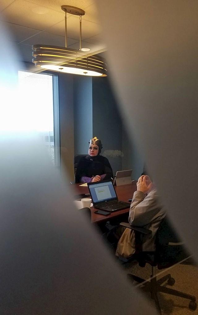 Pogledajte u čemu je došla na poslovni sastanak... 🤣