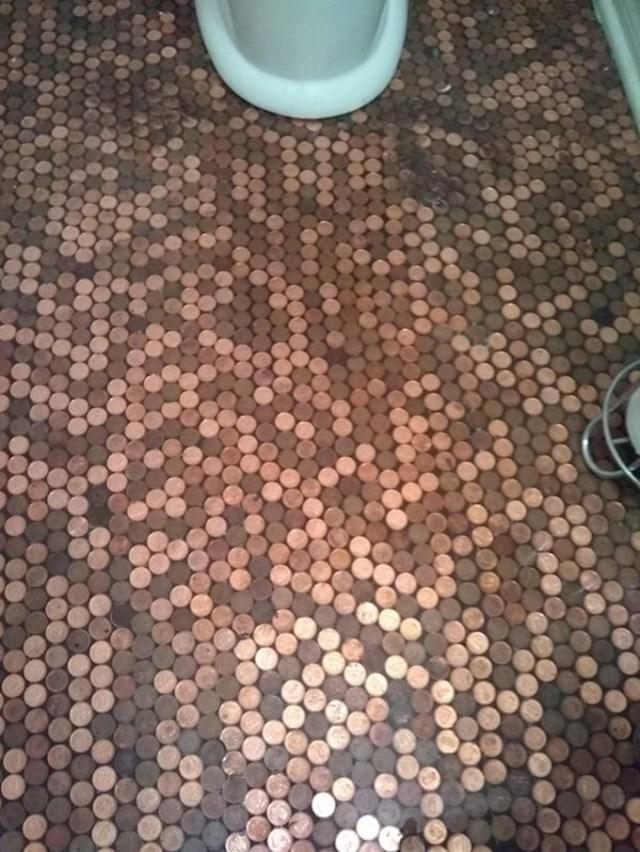 Pod u WC-u bio je napravljen od posloženih kovanica.