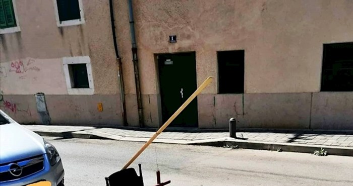 """Dalmatinac je na bizaran način čuvao parkirno mjesto, pomogla mu je """"sveta stolica"""""""