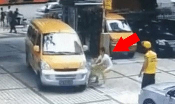 Mama je gurnula dijete prema kombiju, a onda je netko snimio još bizarniju scenu