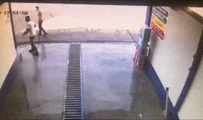 Radnik je čistio autopraonicu, a onda je nadzorna kamera snimila nešto uznemirujuće