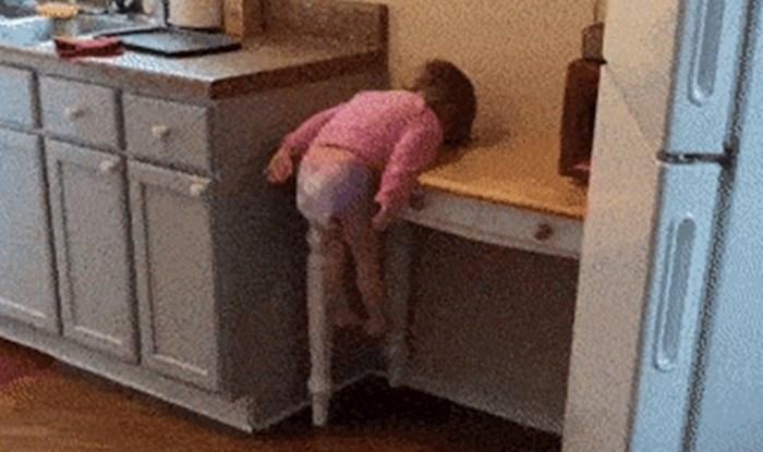 Mama je ulazila u kuhinju pa primijetila da njena klinka radi nešto jako čudno