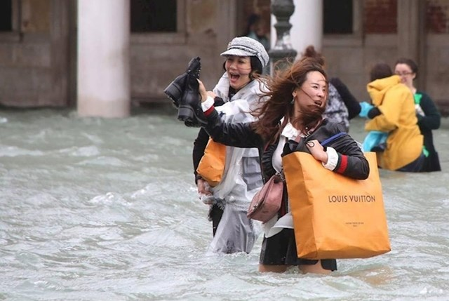 Ni poplava ih nije mogla spriječiti da idu u shopping.